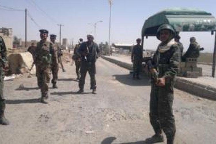Tentara Yaman mengamankan perbatasan dengan Arab Saudi. Pasukan khusus AS membantu Yaman membebaskan 8 sandera Al Qaeda.