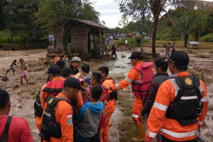Petugas Tim SAR Gabungan saat proses pencarian dan mengevakuasi korban yang tewas tertimbun material longsor di Kecamatan Andam Dewi, Tapanuli Tengah, Rabu (29/1/2020). Akibat kejadian banjir dan longsor tersebut, sedikitnya tujuh warga dinyayatakan meninggal dunia.