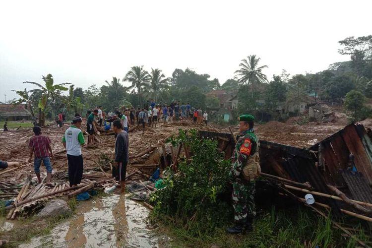 Hujan deras yang melanda Kabupaten Bogor menyebabkan longsor dan merusak puluhan rumah di Kampung Suluduk RT 01 RW 11, Desa Wangun Jaya, Kecamatan Leuwisadeng, Kabupaten Bogor, Jawa Barat, Rabu (13/5/2020).