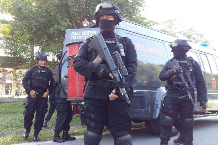 Petugas bersiaga pada saat penggeledahan gelanggang mahasiswa di kampus Universitas Riau terkait dugaan penangkapan teroris, Sabtu (2/6/2018).