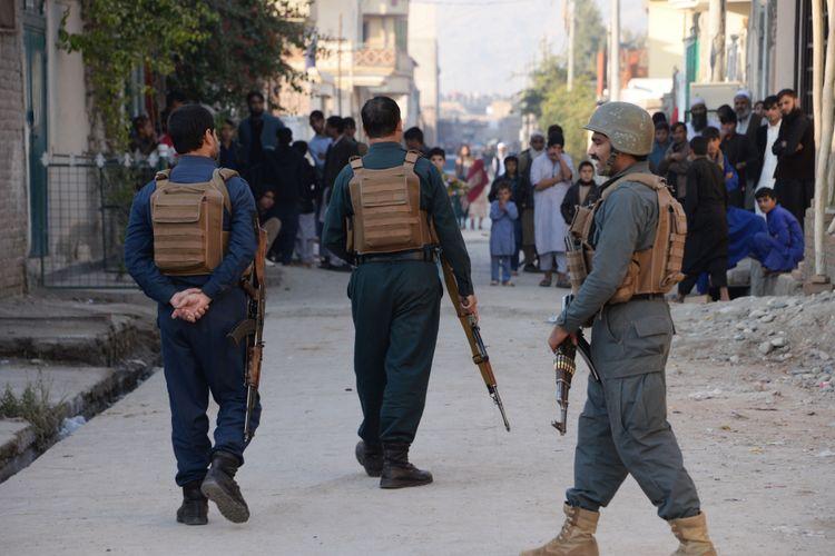 Pasukan keamanan Afghanistan berjaga di sekitar lokasi bom bunuh diri di Jalalabad, 23 November 2017 lalu.