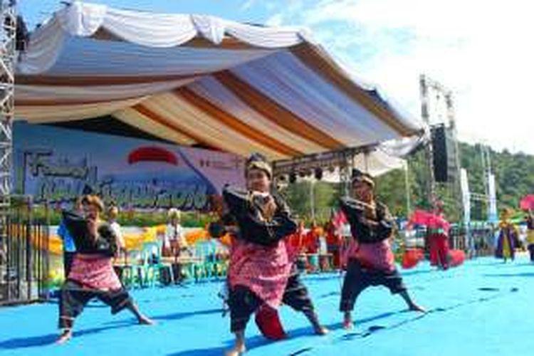 Tarian Pasembahan sebagai pembuka Festival Langkisau 2016, kompilasi dari beberapa tarian salah satunya Bacanin Rupo, dari Pesisir Selatan.