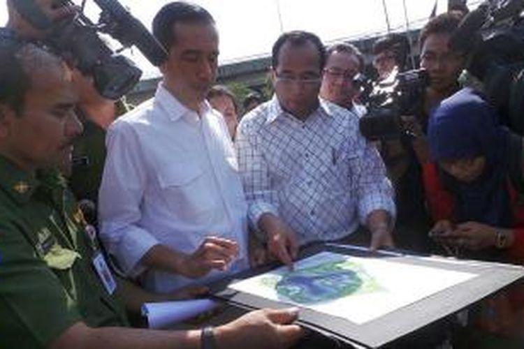 Gubernur DKI Jakarta Joko Widodo (dua dari kiri) dan Direktur Utama PT Jakarta Propertindo Budi Karya (tiga dari kiri) tengah berdiskusi soal desain Waduk Ria Rio, Pulogadung, Jakarta Timur, Senin (19/8/2013).
