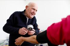 Sudah Berusia 98 Tahun, Dokter di Perancis Ini Tetap Rawat Pasien