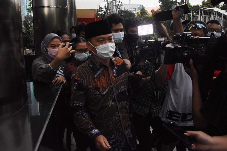 Ketua Komisi VIII DPR Yandri Susanto (tengah)  meninggalkan Gedung Merah Putih KPK usai menjalani pemeriksaan di Jakarta, Selasa (30/3/2021). Penyidik KPK memeriksa Yandri Susanto sebagai saksi bagi tersangka Pejabat Pembuat Komitmen (PPK) di Kementerian Sosial Matheus Joko Santoso dalam penyidikan kasus dugaan suap pengadaan bansos untuk wilayah Jabodetabek tahun 2020. ANTARA FOTO/Indrianto Eko Suwarso/aww.