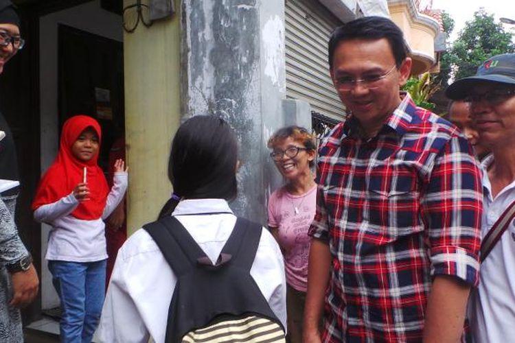 Calon gubernur nomor pemilihan dua DKI Jakarta Basuki Tjahaja Purnama atau Ahok saat blusukan dan kampanye di Kelurahan Tengah, Kramatjati, Jakarta Timur, Senin (6/2/2017).