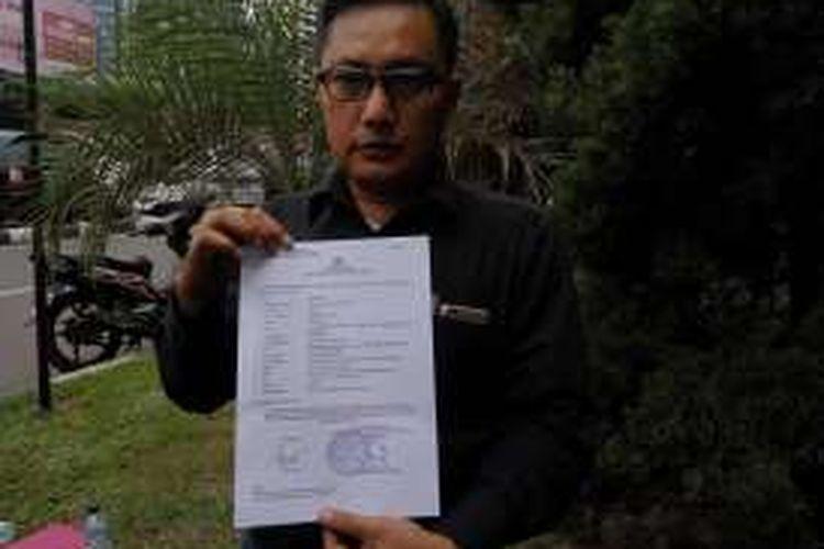 Wakil Ketua Bidang Advokasi dan Keamanan Tim Pemenangan Anies-Sandi, Yupen Hadi saat menunjukan bukti laporan polisi di Mapolda Metro Jaya, Kamis (1/12/2016).