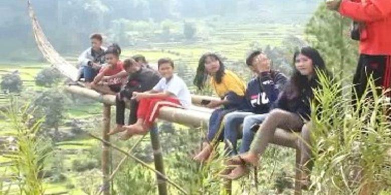 Objek wisata Perahu Selfie Villa Adelways di Kabupaten Mamasa, Sulawesi Barat.