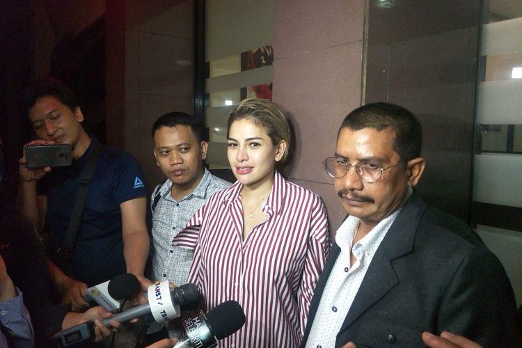 Nikita Mirzani dan kuasa hukumnya, Fahmi Bachmid saat ditemui di Polres Metro Jakarta Selatan, Selasa (5/11/2019).