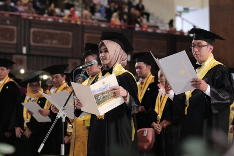 Rektor Universitas Gadjah Mada (UGM), Prof. Panut Mulyono mewisuda 1.834 orang program pascasarjana, terdiri dari 1.630 lulusan master, 19 orang spesialis dan 118 doktor (24/10/2019).