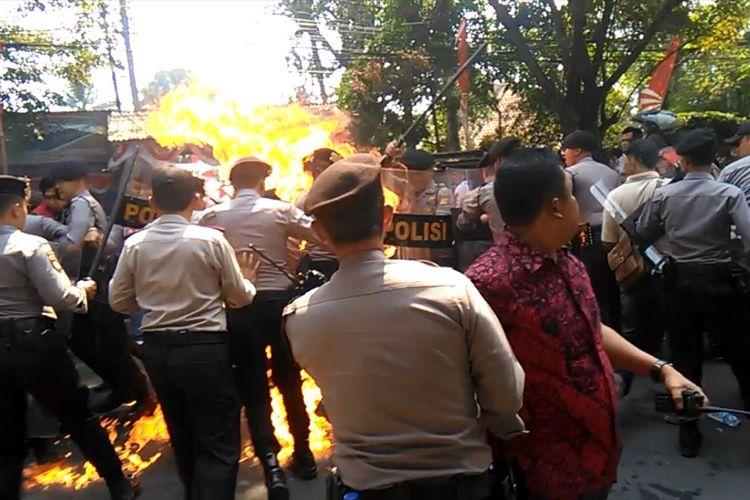 Detik-detik api membesar dan melukai empat orang anggota polisi dalam aksi unjukrasa gabungan elemen mahasiswa di depan gerbang kantor Bupati Cianjur, Jawa Barat yang berujung ricuh, Kamis (15/08/2019)