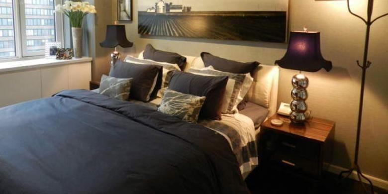Memasang headboard di tempat tidur menciptakan kesan mewah.