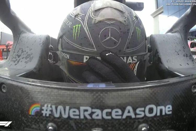 Pebalap Mercedes, Lewis Hamilton, terlihat emosional di kokpit mobilnya setelah menjadi pemenang di MotoGP Turki, Minggu (15/11/2020). Kemenangan itu mengunci gelar juara dunia F1 ketujuh sang pebalap.