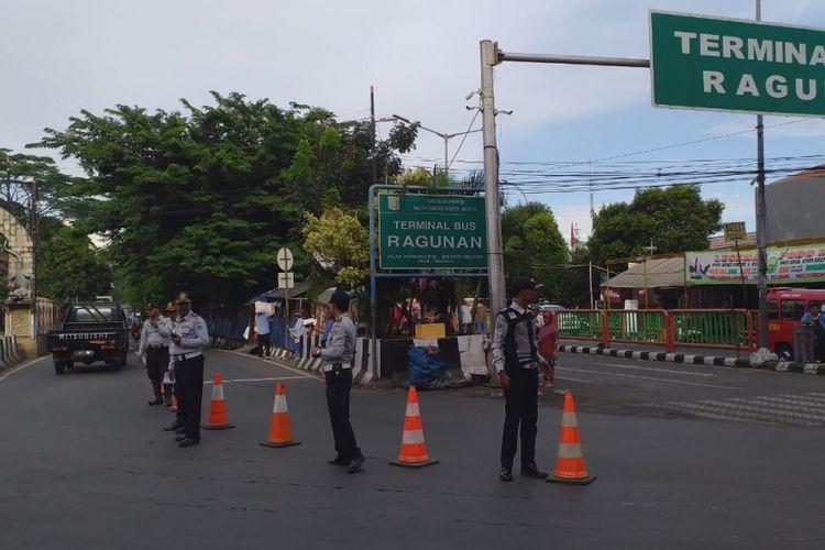 Rekayasa lalu lintas diberlakukan di kawasan Taman Margasatwa Ragunan untuk mempersiapkan meningkatnya volume kendaraan jelang libur akhir tahun (24/12/2018).