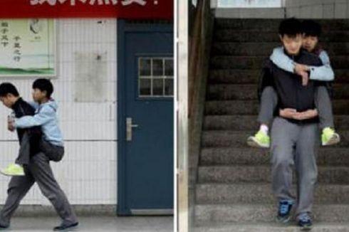 Remaja Ini Gendong Temannya yang Cacat ke Sekolah Selama 3 Tahun
