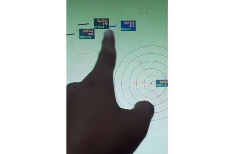 Tangkapan layar video yang menampilkan rekaman radar disertai dengan narasi yang menyatakan terdapat penerbangan malam berisi warga negara asing.