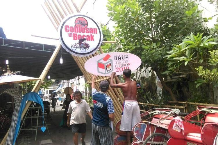 Warga bergotong royong membuat TPS Becak di di Kampung Cinderejo Lor, Kelurahan Gilingan, Kecamatan Banjarsari, Solo, Jawa Tengah, Selasa (16/4/2019).