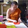 Biksu Buddha di Thailand Ciptakan Masker Wajah dari Plastik Daur Ulang