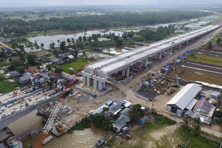 Foto aerial proyek pembangunan Tol Trans Sumatera ruas Kapal Betung (Kayu Agung - Palembang - Betung) seksi II (Jakabaring-Musilandas) di Desa Pegayut, Pemulutan, Ogan Ilir (OI), Sumatera Selatan, Kamis (16/1/2020). Pembangunan Tol Kapal Betung dengan panjang 111,69 km saat ini terus dikebut agar dapat beroperasi pada tahun 2020.