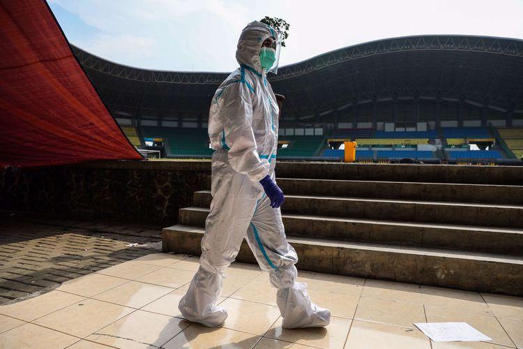 Tenaga kesehatan menggunakan alat pelindung diri (APD) melintas di Stadion Patriot Chandrabhaga, Bekasi, Jawa Barat, Kamis (10/9/2020). Sebanyak 55 tempat tidur telah disiapkan pihak Pemerintah Kota Bekasi di stadion tersebut sebagai tempat untuk isolasi mandiri pasien Covid-19.