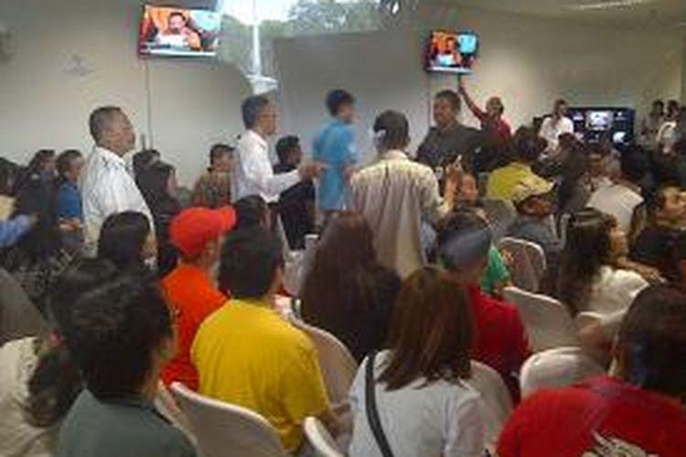 Ruang crisis centre Bandara Juanda mendadak panik.