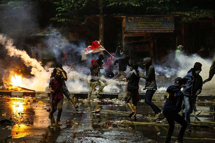Pengunjuk rasa berlari menghindari gas air mata saat terjadi kericuhan di kawasan Pejompongan, Jakarta, Kamis (26/9/2019). Demo yang melibatkan pelajar dari berbagai tingkatan menengah ke atas dan diwarnai kericuhan pada Rabu kemarin masih terkait aksi penolakan UU KPK dan RKUHP yang telah bergulir di sejumlah daerah sejak awal pekan.
