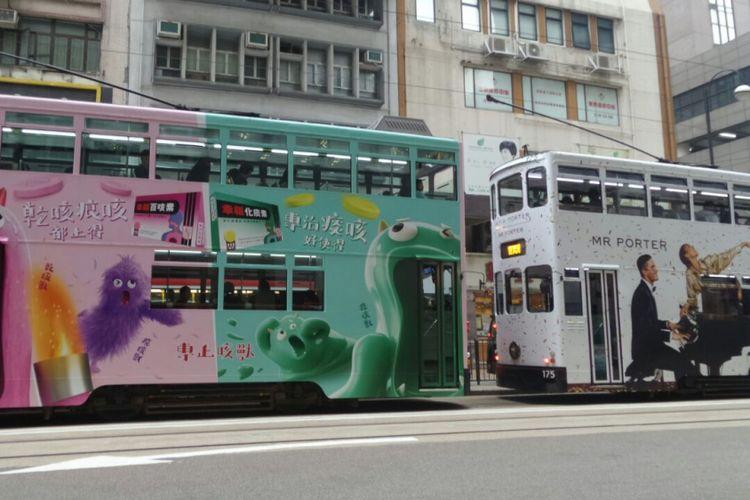 Beberapa unit tram sedang berhenti di halte untuk mengangkut atau menurunkan penumpang di Hongkong.