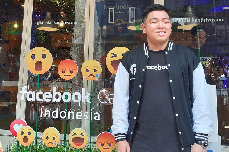 Noudhy Valdryno, Manajer Kampanye Kebijakan, Facebook Indonesia berfoto di depan Facebook Cafe di Filosofi Kopi, di kawasan Melawai, Jakarta, Jumat (13/11/2019).