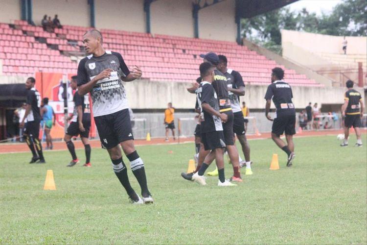 Para pemain Persipura Jayapura tengah melakukan latihan di Stadion Mandala, Kota Jayapura, Papua