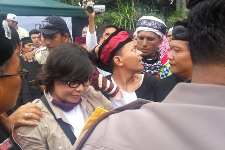 Salah seorang wanita yang diamankan dari massa sidang kasus dugaan penodaan agama dengan terdakwa Basuki Tjahaja Purnama di Jalan RM Harsono, Jakarta Selatan, Selasa (31/1/2017).