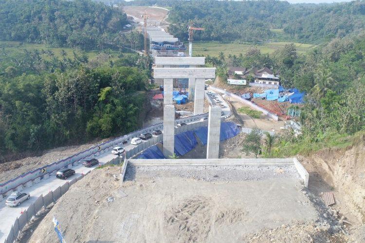 Sejumlah pemudik melintasi Jembatan Kali Kenteng yang ada di ruas Tol Salatiga-Kartasura.