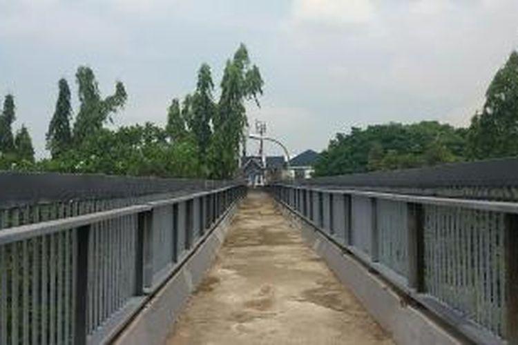 Kondisi Jembatan Penyeberangan Orang (JPO) depan ruko III Plaza Pondok Indah, Kebayoran Lama, Jakarta Selatan pada Kamis (26/11/2015)