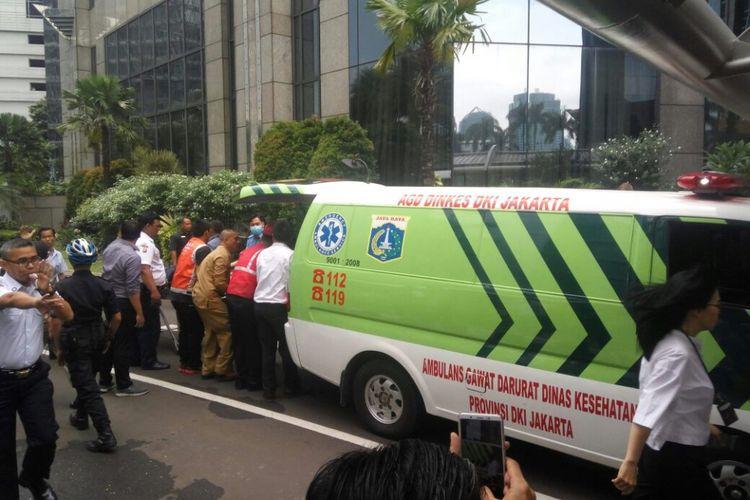 Ambulans membawa korban luka akibat runtuhan lantai di Tower 2 Gedung Bursa Efek Indonesia, Selasa (15/1/2018).