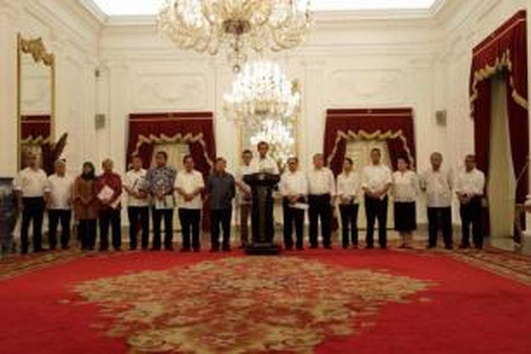 Presiden Joko Widodo didampingi Wakil Presiden Jusuf Kalla dan sejumlah menteri Kabinet Kerja mengumumkan kenaikan harga bahan bakar minyak, di Istana Merdeka, Jakarta, Senin (17/11/2014).