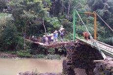 Demi Sekolah, Para Siswa Terpaksa Seberangi Jembatan Gantung Lapuk Setiap Hari