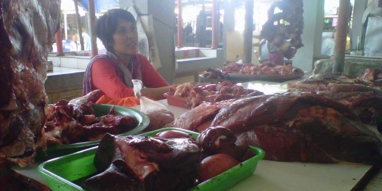 Pedagang daging sapi di Pasar Rejowinangun Kota Magelang Jawa Tengah, Senin (10/8/2015).