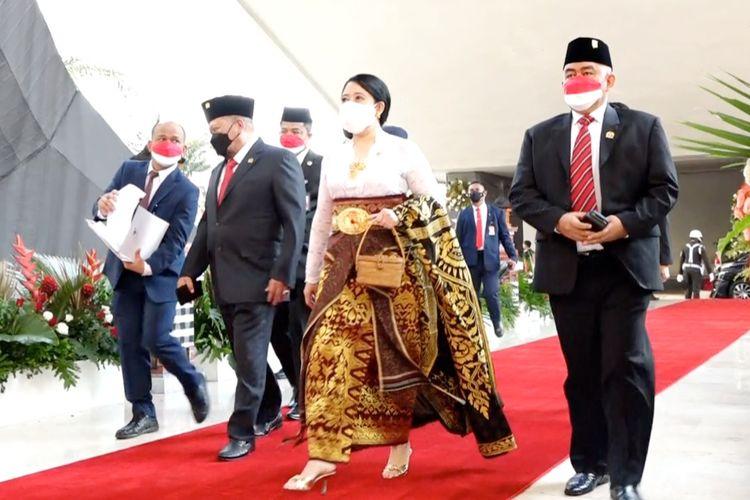 Ketua DPR RI Puan Maharani mengenakan pakaian adat Bali ketika menghadiri sidang Tahunan MPR dan Sidang Bersama DPR-DPD RI di Gedung Nusantara, Senayan, Jakarta, Senin (16/08/2021).
