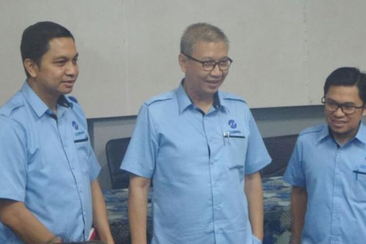 Direktur Utama PT Transjakarta Budi Kaliwono (tengah) bersama Direkrur Operasional Daud Joseph (kiri) dan Direktur Pelayanan Welfizon Yuza (kanan).