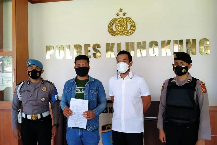 Pria di Bali berinisial MAR (27) diamankan polisi usai menghina petugas yang melaksanakan kontrol PPKM Darurat.