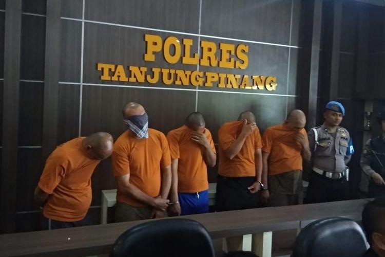 Jajaran Satuan Reserse Narkoba Polres Tanjugpinang berhasil mengungkap aksi pesta sabu yang dilakukan 3 Aparatur Sipil Negara (ASN) dan 1 Honorer dilingkungan Provinsi Kepri serta 1 karyawan swasta.