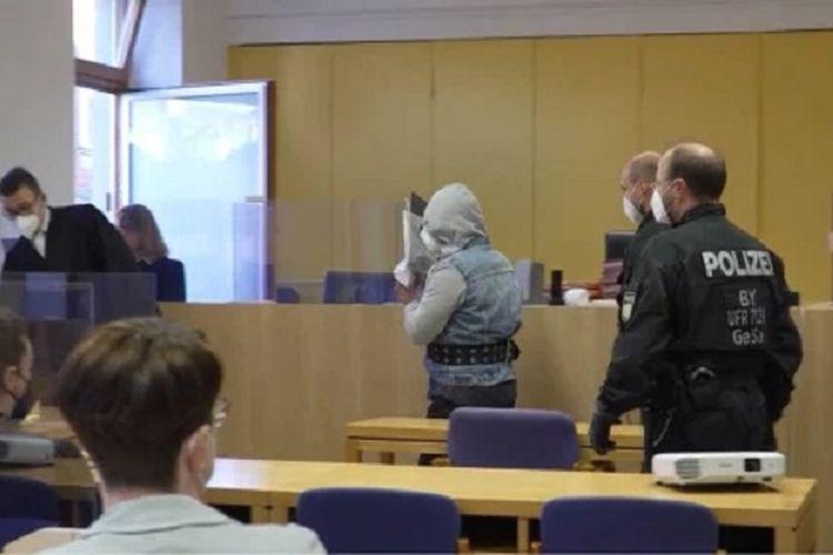 Thomas (berkerudung) ketika hadir dalam persidangan di Jerman. Dia ditangkap pada tahun lalu setelah menjual anaknya demi sebungkus rokok.