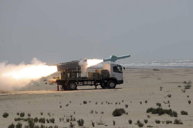 Foto tertanggal 18 Juni 2020 yang diunggah militer Iran menunjukkan, sebuah rudal sedang diluncurkan dalam uji coba. Media pemerintah Iran IRNA melaporkan, uji coba dilakukan dalam latihan Angkatan Laut Iran di Teluk Oman dan utara Samudra Hindia. IRNA juga menyebut rudal ini dapat menempuh jarak 280 kilometer.