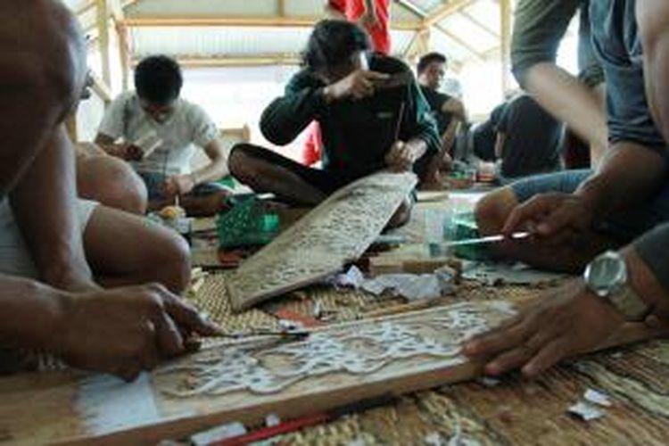 Sejumlah perajin sedang mengukir perisai dalam kegiatan bimbingan diversivikasi produk kerajinan yang diselenggarakan di Parauman Dayak Salako, Nyarumkop, Singkawang, Kalimantan Barat (14/9/2013)
