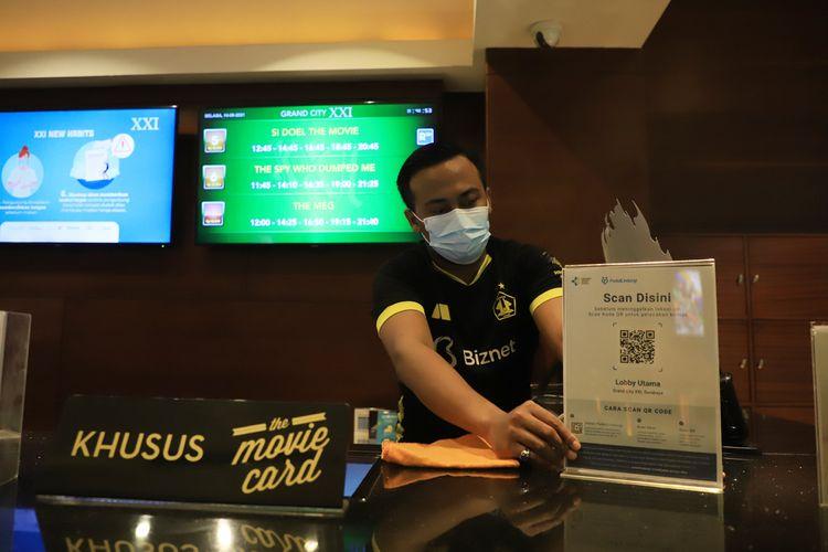 Satgas Covid-19 Kota Surabaya mengecek kembali kesiapan bioskop dalam menerapkan protokol kesehatan (prokes) yang ketat setelah mendapat izin untuk beroperasi kembali, Selasa (14/9/2021).