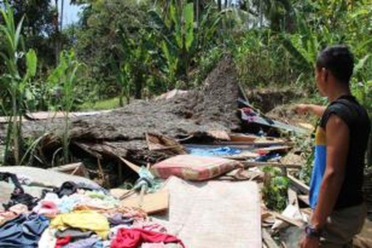 Rumah terduga pelaku pengoman di Desa Ujong Pacu, Kecamatan Muara Satu, Lhokseumawe yang dirubuhkan warga.