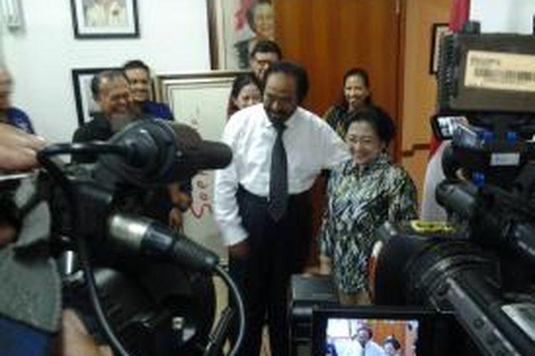 Ketua Umum Partai Nasdem Surya Paloh bertemu dengan Ketua Umum Partai PDI-P Megawati Soekarno Putri di kantor DPP PDI-P, Lenteng Agung, Jakarta, Kamis (21/11/2013).