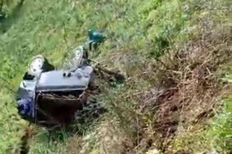 Tangkapan layar video viral mobil pikap yang terguling ke jurang sedalam 100 meter di Lumajang, Jawa Timur.