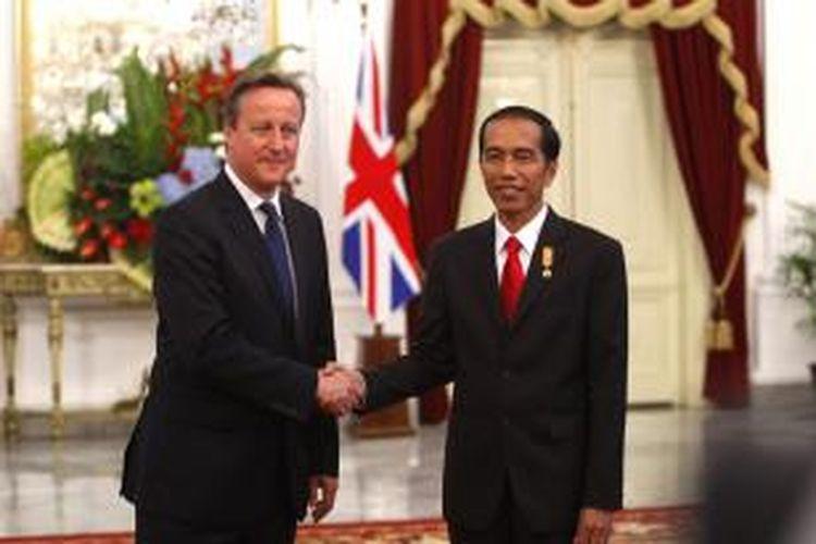 Presiden Joko Widodo (kanan) menyambut kedatangan Perdana Menteri Inggris David Cameron di Istana Merdeka, Senin (27/7/2015) petang. Kunjungan kali ini difokuskan Cameron untuk meningkatkan kerja sama Inggris dengan negara-negara Asia Tenggara.