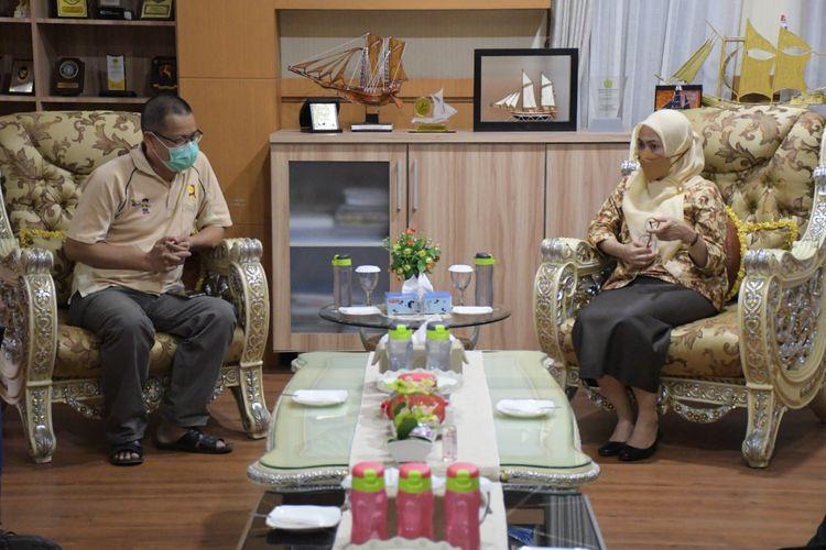 Bupati Luwu Utara Indah Putri Indriani (IDP) saat menyambut kedatangan tim verifikasi kabupaten ODF dalam rangka memastikan kategori Luwu Utara sebagai kabupaten bebas ODF atau bebas BAB sembarangan di ruang kerjanya, Senin (7/6/2021).