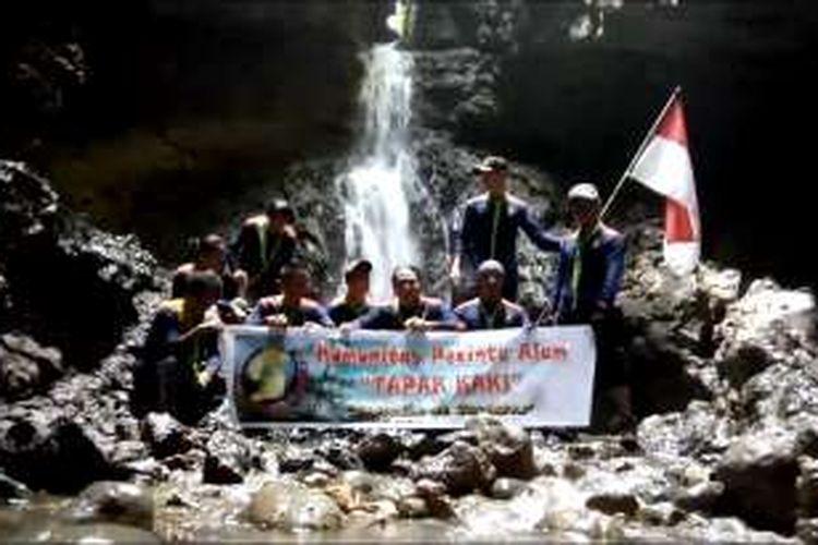 Komunitas Pecinta Alam Tapak Kaki berfoto saat tiba di Air Terjun Mbaho Gamira, di Desa Fadoro Hilimbowo, Kecamatan Gunungsitoli Alo'oa, Kota Gunungsitoli, Sumatera Utara.
